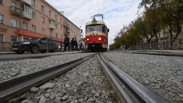 Пассажирку осматривают в скорой: на улице 8 Марта встали трамваи