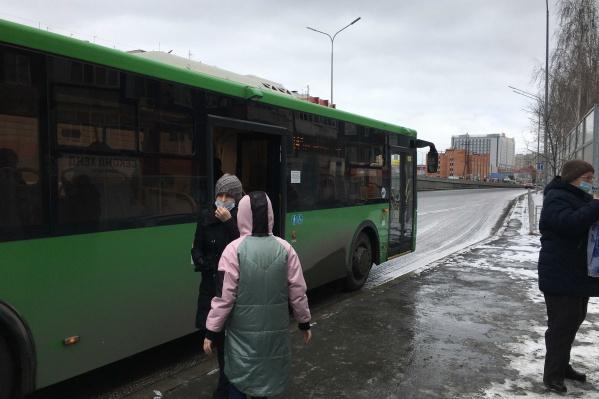 Замечали, что водители автобусов открывают только средние и задние двери?