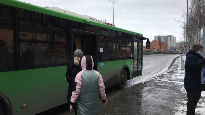 Почему водители автобусов в Тюмени не любят открывать переднюю дверь. Узнали у них