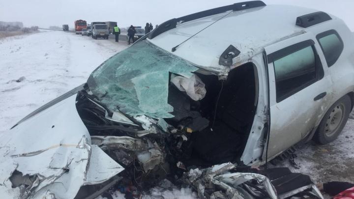 Смертельное ДТП на новосибирской трассе: «Рено» въехал вфуру «Скания» навстречной полосе