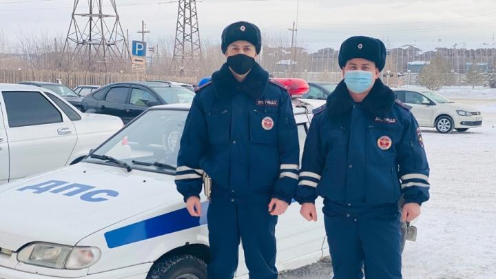 На Урале полицейские помогли мужчине с двумя детьми, лишившемуся дома во время пожара