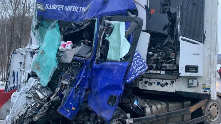 Две фуры столкнулись лоб в лоб на трассе М-5 в Челябинской области. Есть погибший
