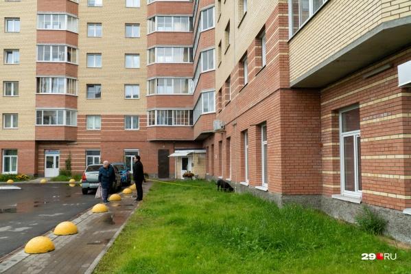 """Дом <nobr class=""""_"""">№ 30</nobr> на улице Вологодской — здесь ведутся следственные действия в квартире, где занимались сексом с проститутками"""