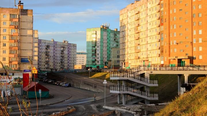 «Лето короткое, и люди балдеют»: фотограф показал солнечный Норильск в два часа ночи