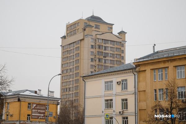 Вот в этой высотке на набережной в центре Кемерово расположена самая дорогая квартира в городе
