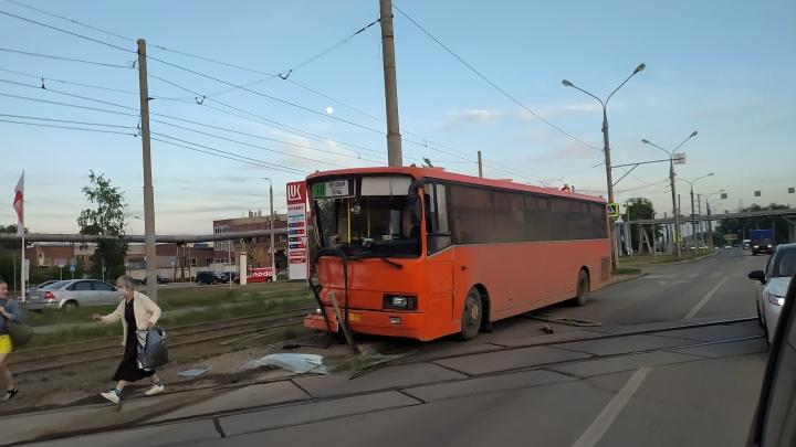 Разбиты лобовое стекло и передняя дверь: в Перми рейсовый автобус попал в аварию