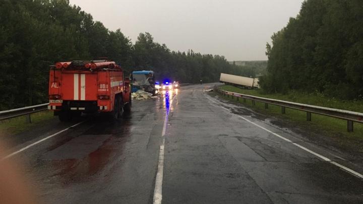 На трассе в Кузбассе рейсовый автобус столкнулся с грузовиком. Есть пострадавший
