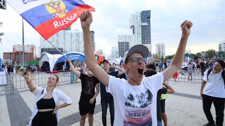 В Екатеринбург вернулся футбол: как самые ярые уральские фанаты болели за сборную России