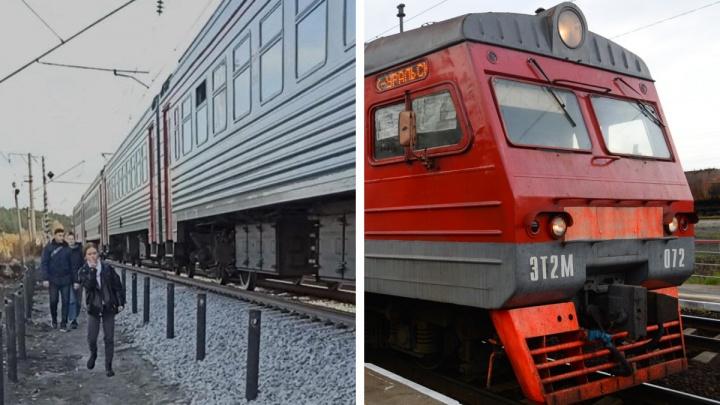 Пассажиры подтягиваются, чтобы попасть в вагон: на свердловской станции пути подняли на недосягаемую высоту