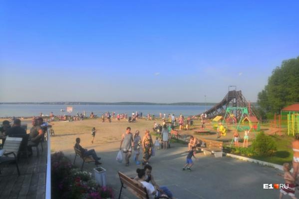 На пляже до сих пор находится очень много людей