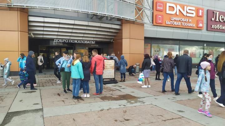 Из ТРЦ «Карнавал» эвакуировали всех посетителей и арендаторов