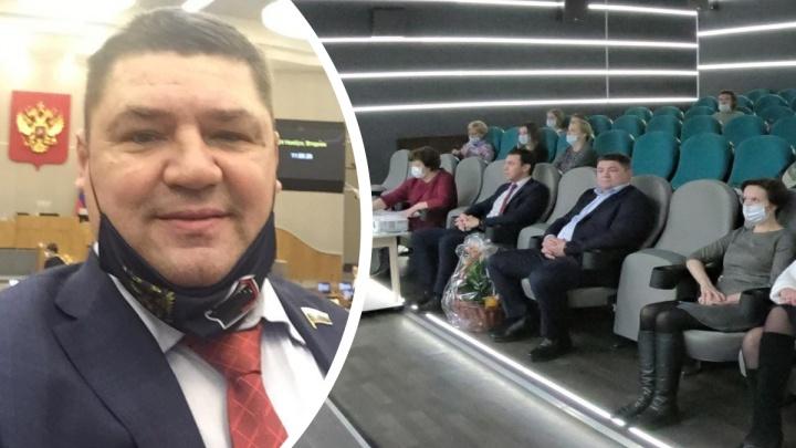 Депутата Госдумы Андрея Коваленко застукали без маски. Но ему оказалось можно