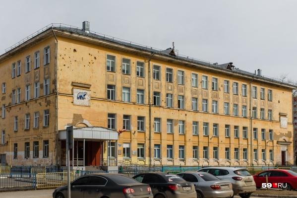 Школа «СинТез» в Кировском районе Перми — одна из тех, что нуждается в капитальном ремонте