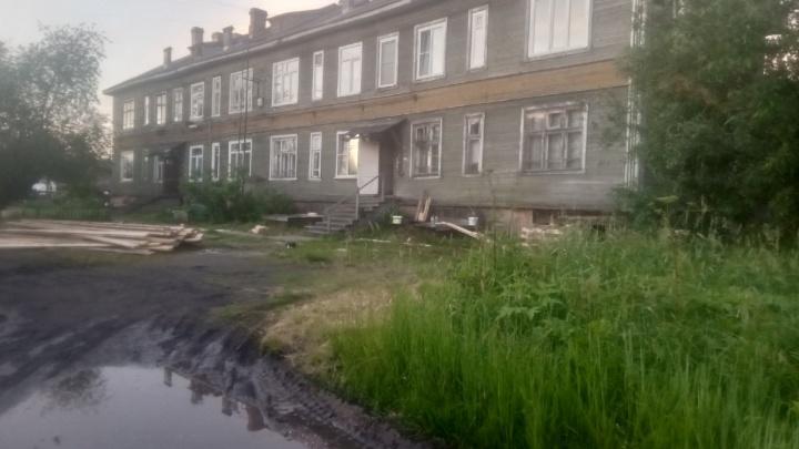 В Архангельске еще один жилой дом начал сходить со свай