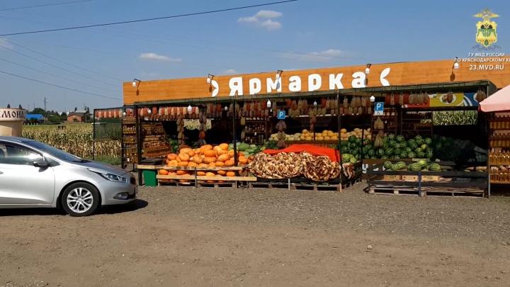 На Кубани мужчина устроил стрельбу из автомата Калашникова на рынке, его задержали в такси