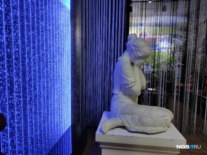В крематории в этот день также проходили церемонии прощания. Сейчас чаще стали пользоваться услугой отправки урн авиасообщением