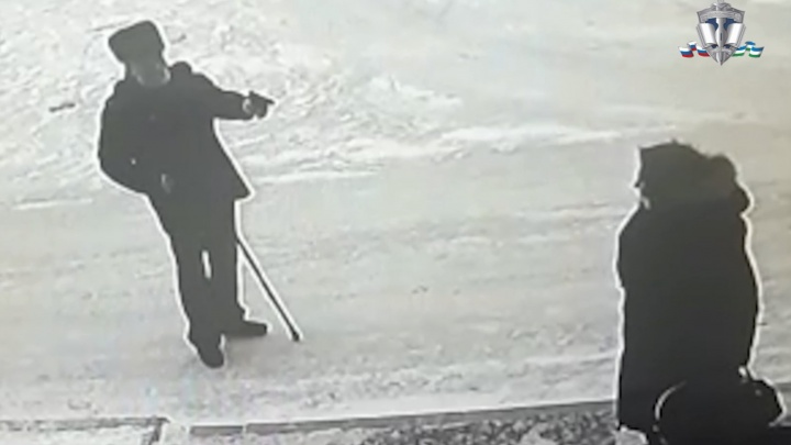 В Башкирии пенсионер выстрелил в голову своей 80-летней соседке. Момент попал на видео