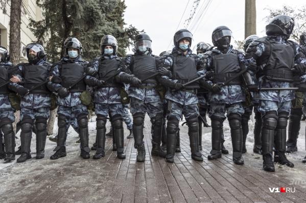 У здания областной администрации волгоградцы получили отпор