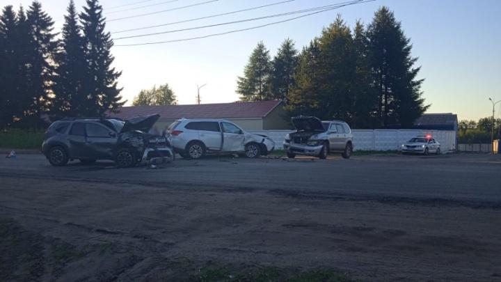 На Ленинградском проспекте в Архангельске столкнулись три иномарки. Есть пострадавшие