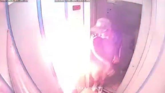 «Гады!»: в Ярославле компания парней подожгла лифт. Видео