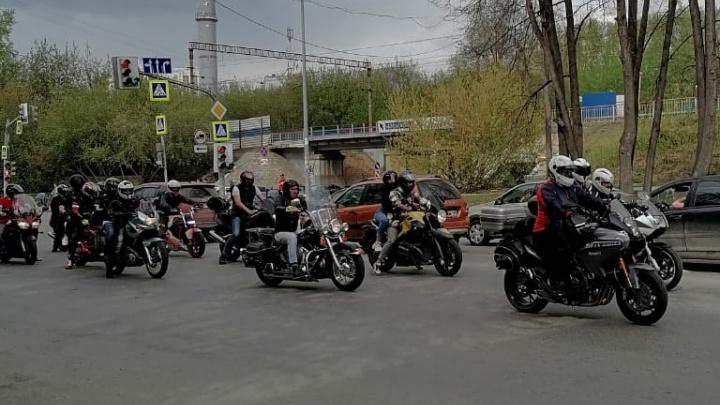 Сотни мотоциклов проехали по центру Екатеринбурга и перекрыли движение. Видео