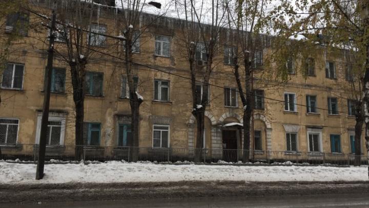 «Вода заледенела в туалетных бачках»: жители дома на Первомайке замерзают из-за неоконченного ремонта крыши