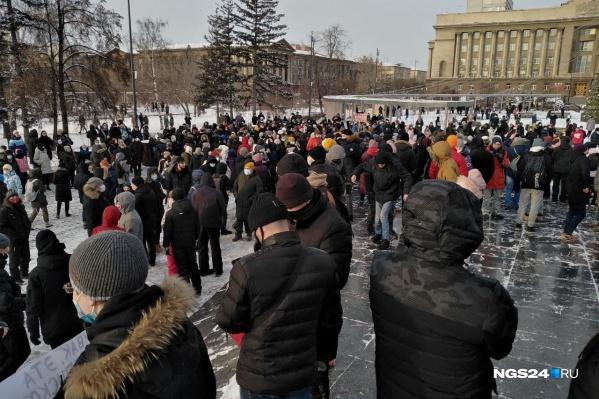 Часть митингующих уже на площади Революции