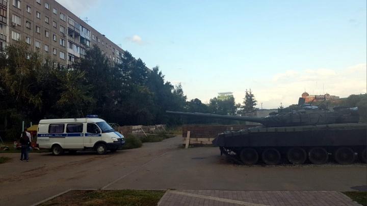 Полицейские второй день держат в оцеплении набережную Оми у танка