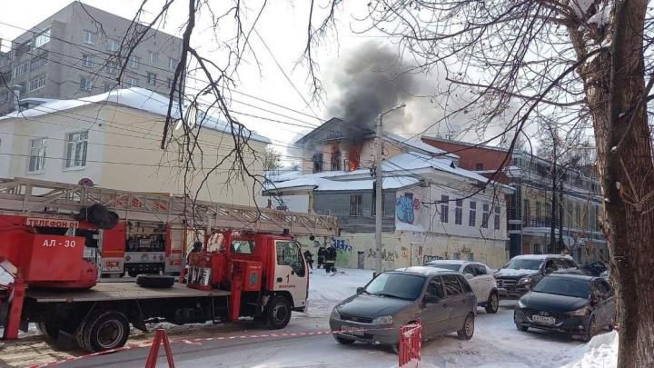 В центре Ярославля полыхает дом: что случилось