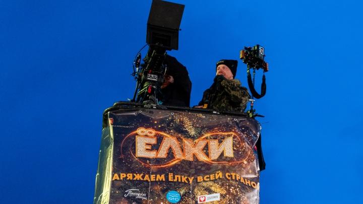 Дерево для съемок фильма «Елки» в Красноярске установили за городские 1,2 миллиона