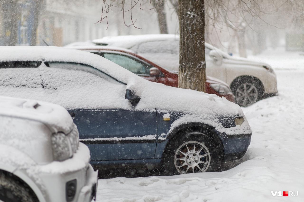 Снежные шапки обезличивали припаркованные автомобили