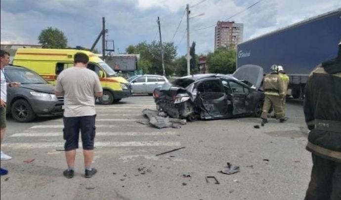 Пенсионерка сломала ребра при столкновении Peugeot с грузовиком