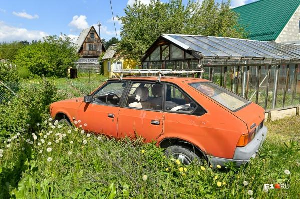 Машины тут попадаются тоже весьма немолодые: говорят, этот «Москвич» еще на ходу