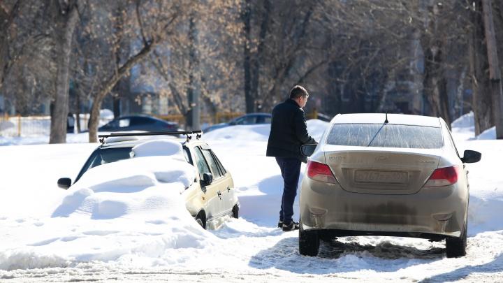 Наступила весна, из-под снега показались первые автоподснежники: смотрим на тех, кто всю зиму мешал коммунальщикам в Уфе