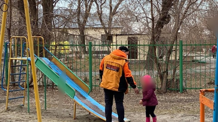 Отец отправил 4-летнюю дочь за старшим братом. Подробности истории с потерявшейся девочкой в Тюмени