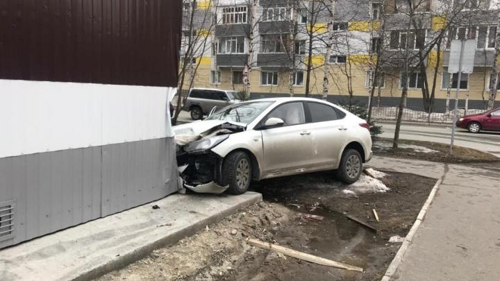 Автоледи врезалась в угол пятиэтажки в Сургуте. ГИБДД опубликовала фото, вот оно