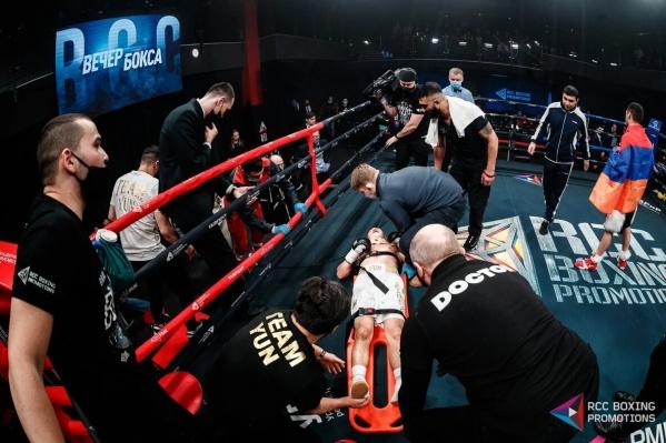 В конце главного боя боксера пришлось везти в больницу