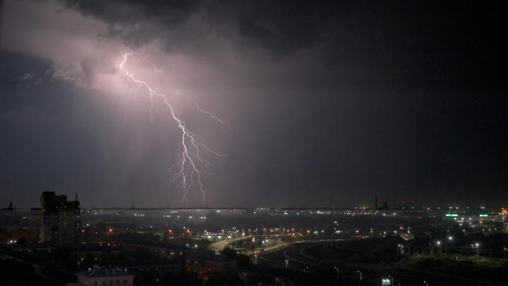 Молнии на полнеба: Челябинск после аномальной жары накрыло грозами