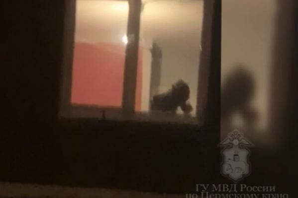 Это стоп-кадр из оперативного видео полиции: предположительно, школьник в противогазе работает в домашней нарколаборатории