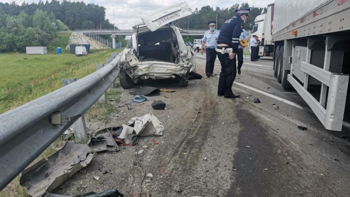 «Ладу» раздавили сразу два грузовика: подробности смертельной аварии на ЕКАД