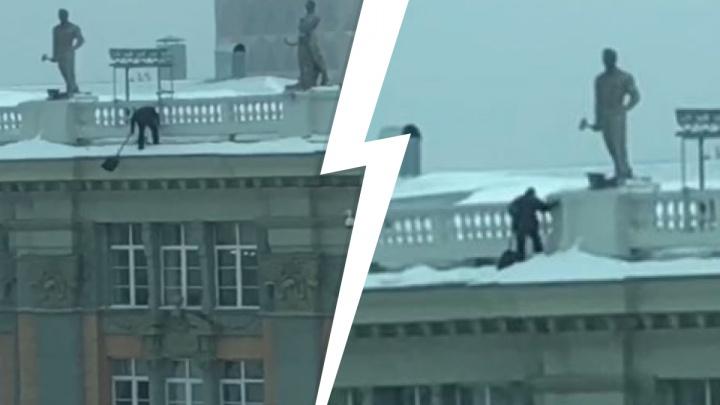 Очевидцы сняли, как безумец без страховки сбивает лопатой сосульки с крыши мэрии