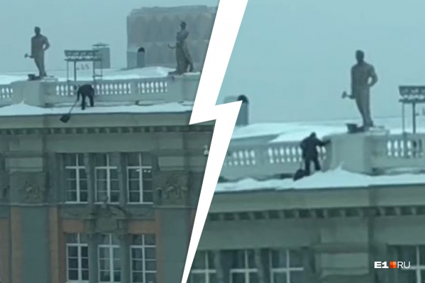 Мужчина ловко сбрасывал снег с крыши