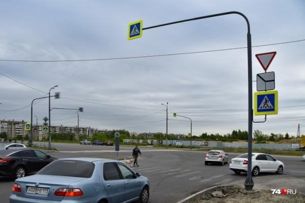 Это выезд с Татищева еще до установки светофора: здесь нужно было пропускать и пешеходов, и поток машин, а угол обзора неудобный
