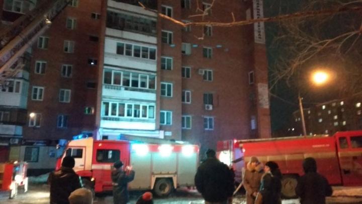 В челябинской многоэтажке загорелся кабель в подъезде, 5-летняя девочка надышалась дымом