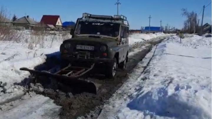 Сибиряк устал от засыпанных снегом улиц и прицепил к УАЗу огромную лопату, чтобы чистить дорогу у дома