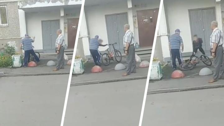«Взял меня за руку, скинул»: в Екатеринбурге мужчина отобрал у ребенка велосипед и начал угрожать. Видео