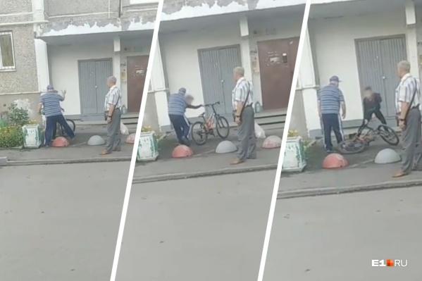 Взрослый мужчина угрожал подростку и схватил его