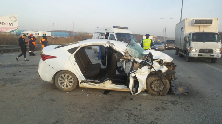 «Отказали тормоза, водитель решил поспать». На Кольцовском тракте Hyundai на полном ходу врезался в грузовик