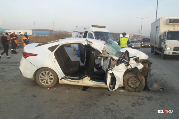 Hyundai врезался в стоявший грузовик МАЗ