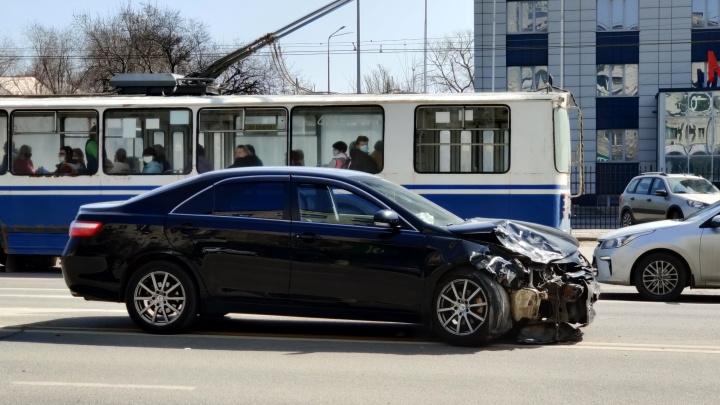 В центре Волгограда столкнулись две японских иномарки: видео